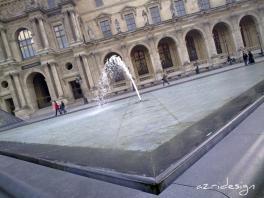 Devant les bassins du Louvre, Paris, France, 2010